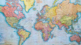carte du monde, famille voyageuse